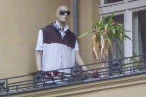 schaufensterpuppe auf neuköllner balkon