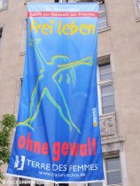 5. infobörse für frauen in neukölln, rathaus neukölln, anti-gewalt-flagge