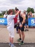 5150 triathlon berlin, zielbereich tempelhofer feld, medaillen-übergabe