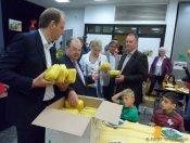 heilmann_buschkowsky_giffey_liecke_bio-brotboxen-verteilung_karlsgarten-grundschule neukölln