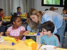 sarah wiener_bio-brotboxen-verteilung_karlsgarten-grundschule neukölln