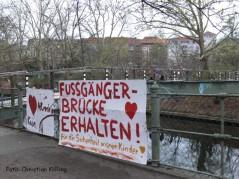 protestplakate am kiehlsteg_neukölln