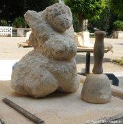 5_skulptur in arbeit_anwohnerklopfen körnerpark_neukölln