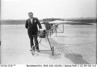 Bundesarchiv_Bild_102-10106,_Engelbert_Zaschka_mit_Modell_des_Kreisel-Flugzeugs