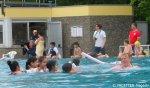 gruppe mit trainerin_neuköllner schwimmbär-auftakt_kombibad gropiusstadt