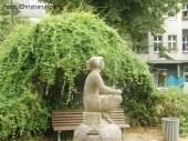 skulptur sitzendes_maedchen_wenke_reuterkiez neukoelln